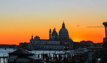 Navigazione a Venezia al tramonto